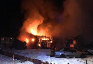 Vid tretiden hade rädningstjänsten branden under en sådan kontroll att det inte längre fanns risk för att branden skulle spridas till grannfastigheterna. Foto: Räddningstjänsten
