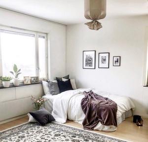 EFTER: Tavlor på väggarna, växter i fönstret och textilier som matta och plädar ger ett ombonat intryck.