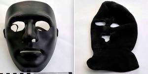 Plastmasken och rånarluvan som mannen ska ha burit. Foto: Polisen