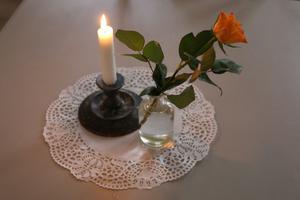 Levande ljus och blommor är något som finns runt om i hela lokalen.