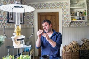 I köket. Huset saknar el och vatten/avlopp. Fotogenlampan lyser upp fint på kvällarna.