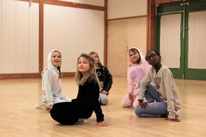 Klara Gustafsson, Annie Ullberg, Astrid Foldevi, Kassandra Vesterholm, Roksana Hallén, spelar i pjäsen