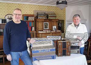 Jörgen Sundeqvist t.v. och Lars Nyberg vid de sex dragspelen.