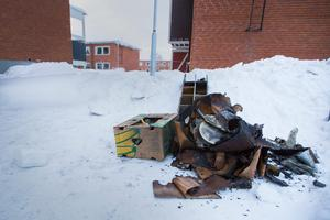 En saneringsfirma har rensat ut en del rökskadat material från källaren.