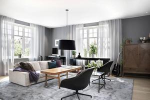 Vardagsrum med både nya och äldre möbler som tillsammans med färgskalan skapar en modern känsla. Foto: Stefan Strindberg/PAX