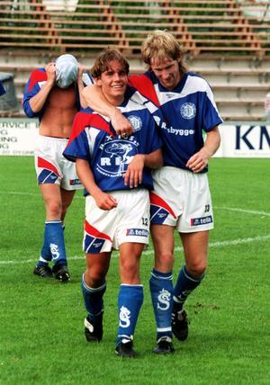 Fredrik Carström kramas om av Göran Sundqvist, 1997. Foto: Sören Walldin.