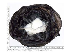 Här har polisen öppnat förpackningen med kokain. Bild från polisens förundersökning.