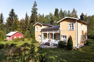 Unik byggnad som från början tjänstgjorde som missionshus men som under många år nyttjats till sommarbostad. Foto: Kristofer Skog/Husfoto.