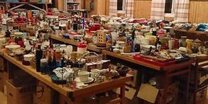 Loppis i Remmen innebär dignande bord med blandade saker.