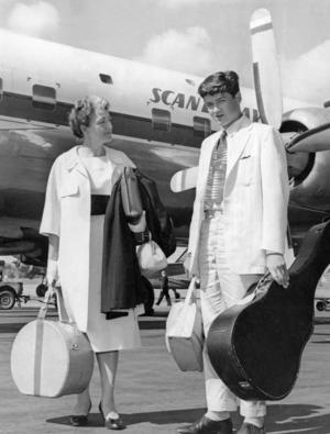 Sveriges FN-ambassadör Agda Rössel  har anlänt till Stockholm från New York tillsammans med sonen Robert 1960. Foto: Reportagebild / TT