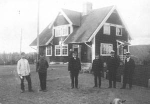 Hotings järnvägsstation med personal omkring 1915.