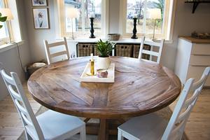 Det runda köksbordet är en av få trämöbler som inte är hemmasnickrade. Skänken bakom är däremot byggd av Marlénes man Pierre.