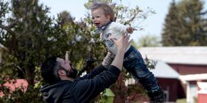 Pär Törnberg, här med snart tvåårige sonen Vidar, kan fokusera fullt ut på familjeliv och arbete. För någon mer elitsatsning på bandy blir det inte för 37-åringen.