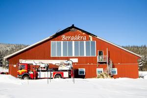 Lågor slog ut från taket när räddningstjänsten kom till Bergåkra gård.