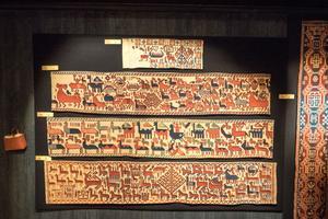 Kopian av Överhogdalstapeten, som vävts med forntida teknik på en varptyngd vävstol, av Ellinor Sydberg. Originalet hänger i Jamtli.