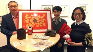 Ronsheng Liu, Yigen Zenlander och Yin Zahn visar kinesiska konstföremål inför dagens utställning