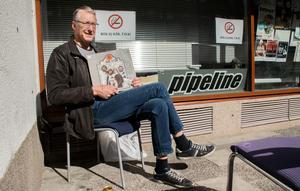 Peter Åkerlund från Hudiksvall har besökt skivmässan flera gånger. Efter någon timme inne på Pipeline tog han en paus i vårsolen, där han kunde beundra sin nya platta med Kenny Rogers and The First Edition i lugn och ro.