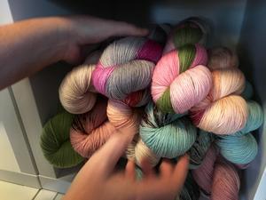 Flerfärgat handgjort garn är en av Jenny Alderbrants favoriter.
