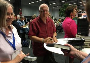 Peter Robinson signerar böcker på bokmässan. Han har skrivit om Alan Banks sedan 1987 – är inte trött på honom men skriver fristående romaner för att slippa polisarbetet. Tv-serien ser han som en självständig produktion.