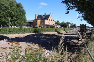 Här, vid stationsområdet, ska de nya seniorbostäderna Kvarteret Stinsen så småningom byggas.