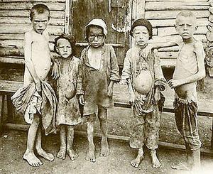 Svältande barn i Sovjetunionen. Foto: Okänd
