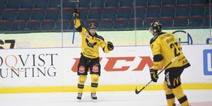 Öhrn jublar efter att ha skjutit 1–0 mot AIK på Hovet. Centern har gjort 14 poäng på 21 matcher för VIK.