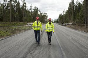 Tommy Karlsson och Allan Trenter på vägen som kommer testas rejält av all tung trafik som ska in till anläggningen.