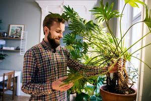 Gustav sköter växterna i hemmet.