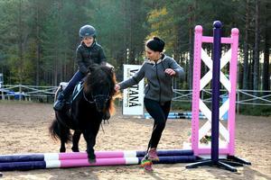 Foto: Privat Här sprudlar glädjen över att få hoppa. Både Alexander och Blixten gillar också att galoppera.