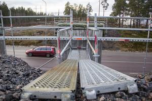 Byggnadsställningar är uppsatta för att kunna bygga en bro men just nu ser det ut som att det blir ännu en vinter utan skidbro.