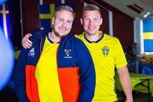 Peter Edlund och Gustaf Häggeborg från Bollnäs GIF FF anordnar visningar av Sveriges VM-matcher på storbildsskärm nere på Långnäs.