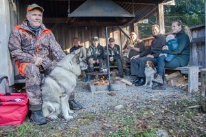 Tomas Pinni är hundföraren i jaktlaget med gråhunden Zakko. Vindskyddet är en samlingsplats för gruppen.