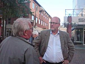 Sven-Erik Österberg samtalade med väljare på Sigma-torget.