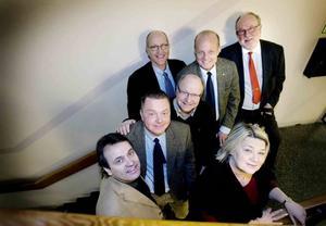 nöjda. Rolf Wiberg, s, styrelseordförande för Gävle Energi och Bionär, Magnus Jonsson, s, kommunalråd i Ockelbo, Lars Skytt, s, kommunalråd i Älvkarleby, Conny Malmkvist, vd för Bionär, Per Laurell, vd för Gävle Energi, Inga-Lil Tegelberg, ordförande i Älvkarleby kommunhus och Claes Forsberg, vd för Älvkarleby Fjärrvärme AB är nöjda med affären som innebär att Bionär växer.