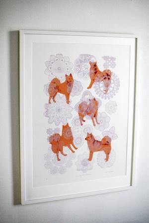 Ewa Carlsson varierar sitt tema om hundar på alla upptänkliga vis...