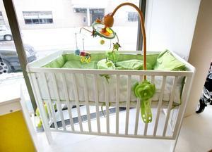 Den här mer traditionella spjälsängen kommer från Troll, modellen heter Tei. Den kostar 1195 kronor. Från Babyproffsen.