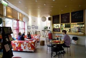 Öppet. Varje vardagkväll är Folkets hus i Bomhus öppet för unga. På dagar och helger är det öppet för alla.