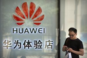 Huawei är i centrum för konflikten som nu drabbat två kanadensiska medborgare. Bild från AP via TT.