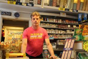 Hans Bull vid  Norrtälje tobakshandel tycker att den nya tobakslagen försvårar småföretagande.