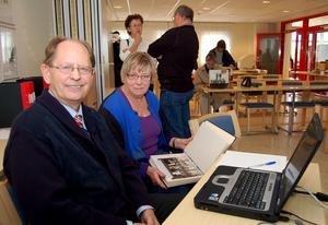John Långberg och släktforskaren Gunnel Malm, Gagnef, under en släktforskningsdag i Lindberghallen, Djurås.