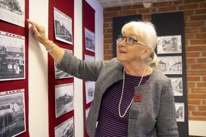 Ylva Holmgren, ordförande i Bollnäs filateli- och vykortsförening. På väggarna i stationshuset fanns en rad vykort med foton av Bollnäs.