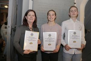 Tre stipendier delades även ut under kvällen. Monika Karlsson, Klara Frih och Filip Nordlander fick 5000 kronor var för sina insatser. De visar stolt upp sina diplom.