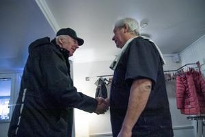 Stamkunden Johnny Jonsson, Näsviken, tackar krögaren Yannis Eskitzis för en sista lunch på 49:an.