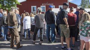 Samling utanför Överbergs bystuga. Den årliga loppisen är populär.