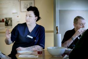 Caroline Åsberg sitter med vid bordet hela lunchen. De gör så, en i personalen sitter alltid med under måltiderna. Dels behöver några hjälp med matningen men även av sociala skäl.