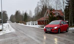 Bispbergshytteborna fick snabbt resultat efter sin skrivelse till Brå. Här kommer hastighetsskylten att sättas upp under våren – om Trafikverket godkänner det.