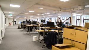 Den största öppna ytan i KMV-lokalerna, så kallat öppet kontorslandskap sitter Arbetsförmedlingens personal och arbetar.