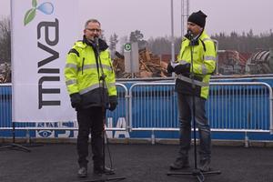Gerth Mattebo höll ett uppskattat tal för Husumborna, övervakad av Mivas kommunikatör Lars Westberg.