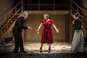 Jan (Niklas Falk), Klara Gulla (Lovisa Onnermark) och Kattrina (Lia Boysen) gläds åt den röda klänning som både blir en glädje och ett fall för familjen. Foto: Sören Vilks