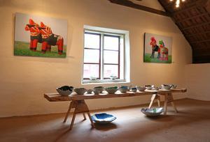 Per Östling från Hällefors visade upp sina underfundiga målningar av dalahästen. Tillsammans med betongskålar skapade av Lasse Wall.